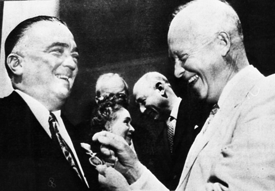 1955년 드와이트 아이젠하워(오른쪽)로부터 메달을 수여받고 있는 에드거 후버(왼쪽)당시 FBI 국장. [중앙포토]