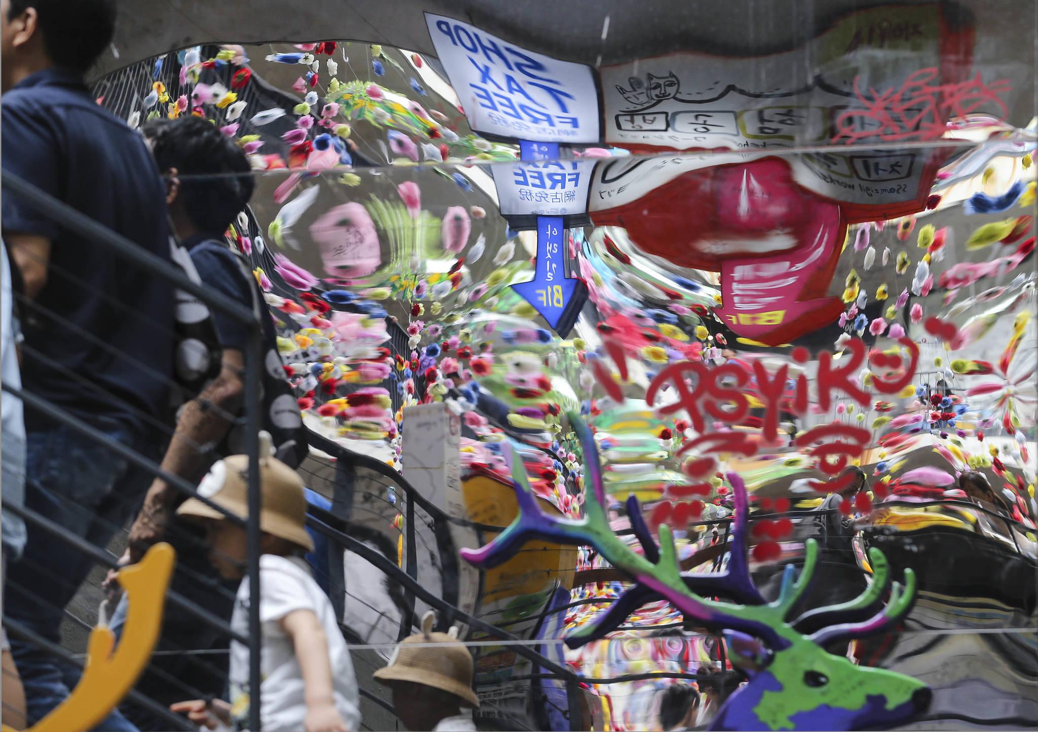 서울 종로구 인사동 쌈지길 계단 거울에 비친 풍경이 일그러진 관광업계를 보여주는 듯 하다. 신인섭 기자
