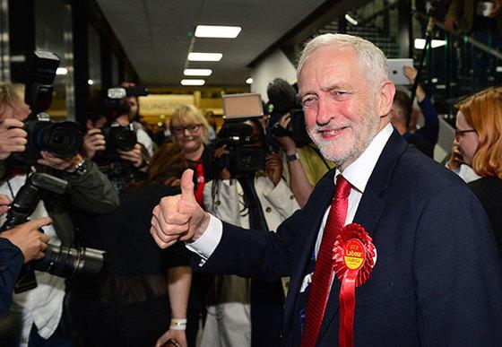 9일(현지시간) 영국 런던에서 제러미 코빈 노동당 대표가 환하게 웃으며 엄지를 치켜들고 있다. 테리사 메이 총리의 승부수였던 조기총선에서 노동당은 의석을 31석 늘리며 선전했다. 집권 보수당의 '하드 브렉시트'에 반대하는 코빈 대표는 최대한 EU에 잔류하는 '소프트 브렉시트'를 주장했다. [AP=연합뉴스]