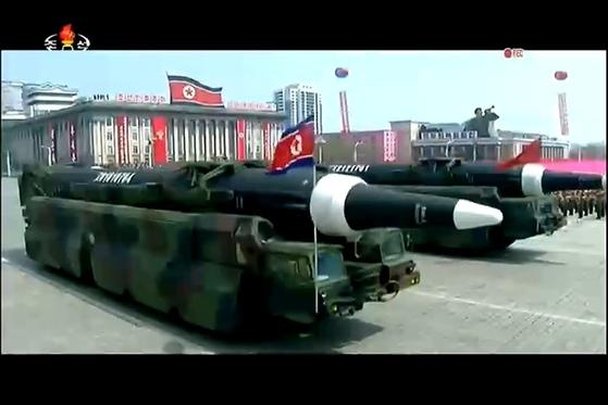 지난 4월 15일 김일성 주석 105회 생일 기념 열병식에 등장한 KN-08 미사일. 북한은 KN-08 미사일의 시험사격을 실시하지 않았지만 한미 정보 당국은 장거리미사일로 추정하고 있다 북한은 이를 개량한 KN-13미사일도 보유하고 있다. [사진 조선중앙TV]