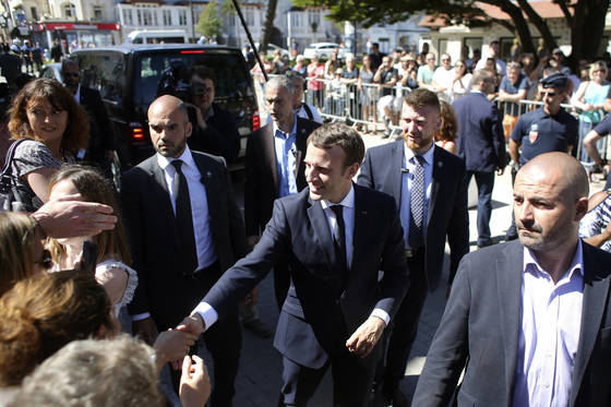 프랑스 총선을 하루 앞둔 10일 에마뉘엘 마크롱 대통령이 북부 해안도시 르 투케를 방문해 지지자들과 악수하고 있다. [AP=연합뉴스]