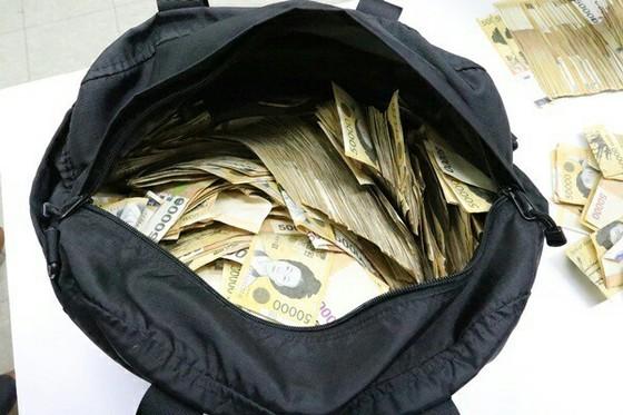 4년여간 1215차례에 걸쳐 회삿돈 4억 2200여만원을 빼돌린 한 중소기업의 경리 직원에게 징역 3년이 선고됐다. [중앙포토]