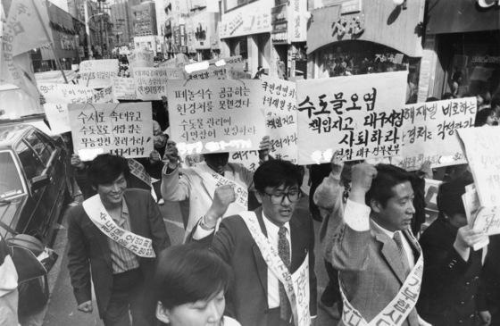 두산전자의 잇따른 낙동강페놀유출사건으로 분노한 대구시민들이 동성로에서 관계 공무원의 사퇴를 요구하며 항의시위를 벌이고 있다. [중앙포토]