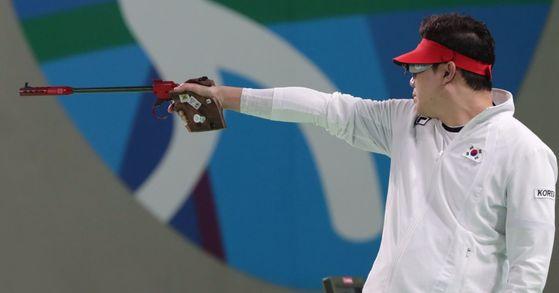 진종오가 지난해 8월 10일 브라질 리우데자네이루 데오도루 올림픽 사격장에서 열린 남자 50m 권총 결선에서 금메달을 확정짓는 마지막 발을 쏘고 있다. [중앙포토]