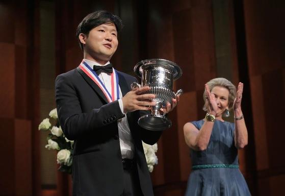 10일(현지시간) 미국 포트워스에서 반 클라이번 국제 피아노 콩쿠르 우승컵을 받아든 선우예권(왼쪽). [사진 반클라이번 콩쿠르]