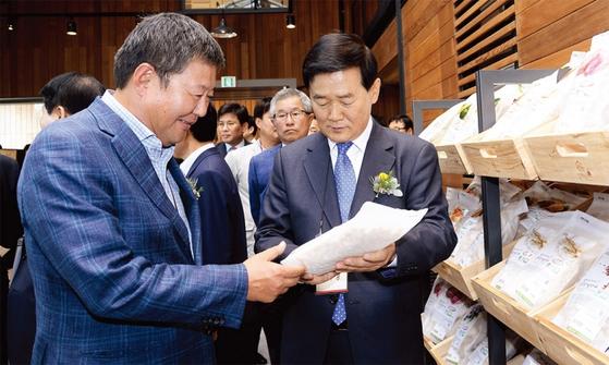 김정완 회장(왼쪽)은 사업다각화를 위해 커피 사업에 진출했다. 폴바셋은 공격적인 매장 확장과 인재 채용 등으로 흑자를 이어가며 개점 이후 103%의 연평균 성장률을 보이고 있다. / 사진제공·매일유업