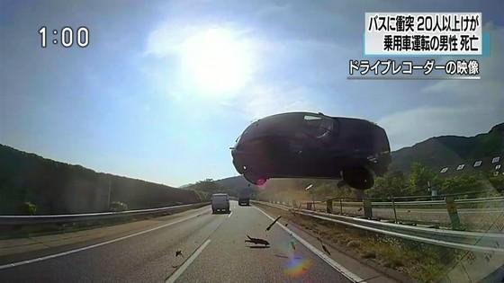 10일오전 7시 30분 일본 아이치현 도메이고속도로(東名高速道路) 상행선에서 승용차 한 대가 회전하며 공중으로 날아올라 버스 정면 윗부분에 충돌하는 사고가 발생했다. 이 사고로 승용차 운전자 1명이 숨지고 45명이 부상을 입었다. [사진 NHK 방송화면 캡쳐]