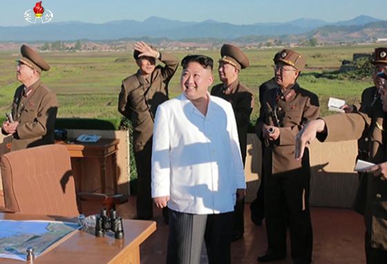 북한 김정은 노동당 위원장이 국방과학원에서 개발한 신형 지대공 요격유도무기체계 시험사격을 참관했다고 조선중앙TV가 28일 보도했다. [연합뉴스]