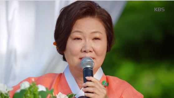 11일 방송된 주말 드라마 '아버지가 이상해'에서 이해숙이 눈물의 축사를 하고 있다. [사진 KBS2]