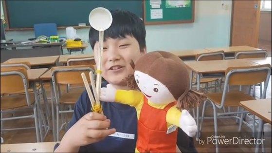 '탁구공 발사' 미션을 수행 중인 김도균(경남 마산 북성초 6) 학생.