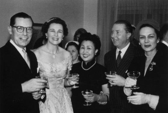 미국으로 이주한 옌유윈(가운데)은 유엔에서 새로운 삶을 시작했다. 1946년 가을 뉴욕. [사진제공=김명호]