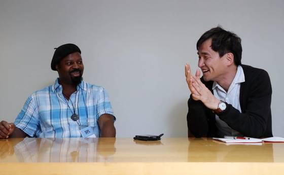 지난달 서울국제문학포럼에 참석한 나이지리아 출신 영국 소설가 벤 오크리(왼쪽)와 한국 작가 김연수씨. 변방의 작가들의 미국·영국 등세계문학 중심에 진출하는 방법 등에 관한 대담을 나눴다. 김상선 기자