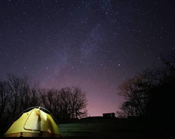 '국제밤하늘보호공원'으로 지정된 경북 영양군 수비면 반딧불이생태공원의 밤하늘. 도심에서 보기 어려운 은하수·유성을 관측할 수 있다. [사진 영양군]
