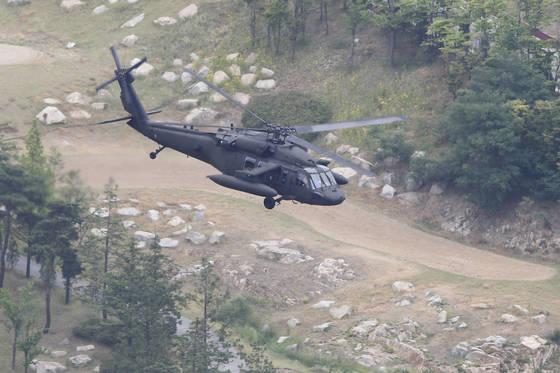 지난 6일 사드 체계가 배치된 경북 성주골프장에 요인 수송용 UH-60 미군 헬기가 비행 중이다. [중앙포토]