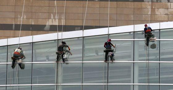 경남 양산의 한 아파트 외벽에서 도색작업 중이던 근로자의 안전줄을 고의로 끊은 아파트 주민이 경찰에 검거됐다. 사진과 기사내용은 관련이 없습니다. [중앙포토]
