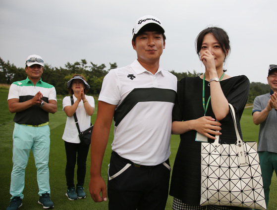 '예비 아빠' 김승혁이 매치플레이 대결에서 승리했다. 2014년 2관왕에 오른 뒤 2년간 부진했던 김승혁은 이날 우승으로 아내와 뱃속의 아기에게 귀중한 선물을 안겼다. [사진 KPGA]