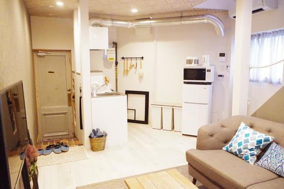 일본 오사카시 니시쿠조역 인근의 빈집들을 리모델링한 민박업소 세카이호텔 내부. [사진 북킹닷컴]