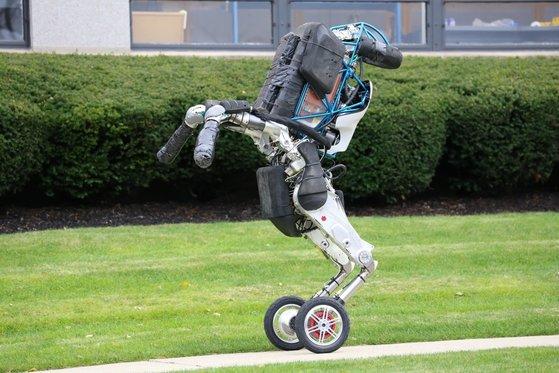 보스톤 다이내믹스가 가장 최근 발표한 이족 보행 로봇 '핸들'. [사진=보스톤 다이내믹스 홈페이지]