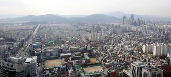 아파트 등 주택이 몰려 있는 서울 강남권. 집값과 땅값이 반드시 비례하진 않는다.