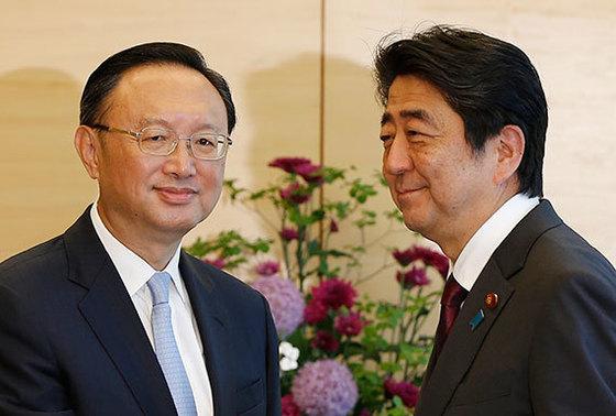 지난달 31일 중국 양제츠 국무위원(왼쪽)이 일본을 방문했을 때 아베 총리를 만난 모습. [AP=연합뉴스]