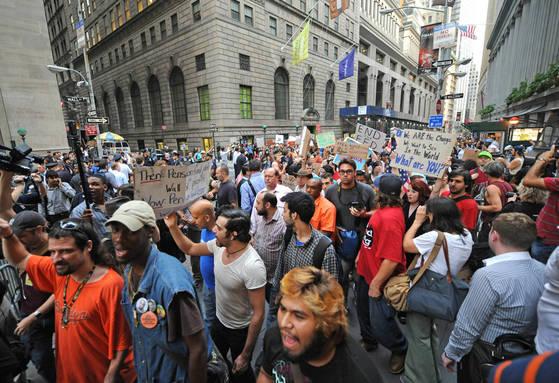2011년 9월 26일 '월가를 점령하라' 시위에 나선 미국 시민들.[AP=연합뉴스]