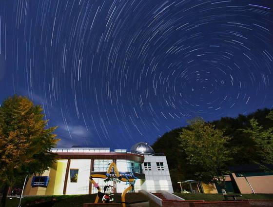 경북 영양군 반딧불이천문대 밤하늘을 별빛이 수놓고 있다. 별이 움직이는 과정을 간헐적으로 찍는 타임랩스(Time lapse) 기법으로 촬영했다. [사진 영양군]