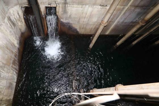 지하철 6호선 고려대역에 있는 집수정에 지하유출수가 흘러드는 모습. [김상선 기자]