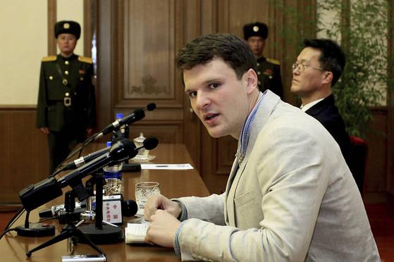 지난해 북한에 억류됐다 혼수상태로 미국으로 송환되는 오토 웜비어. [AP=연합뉴스]