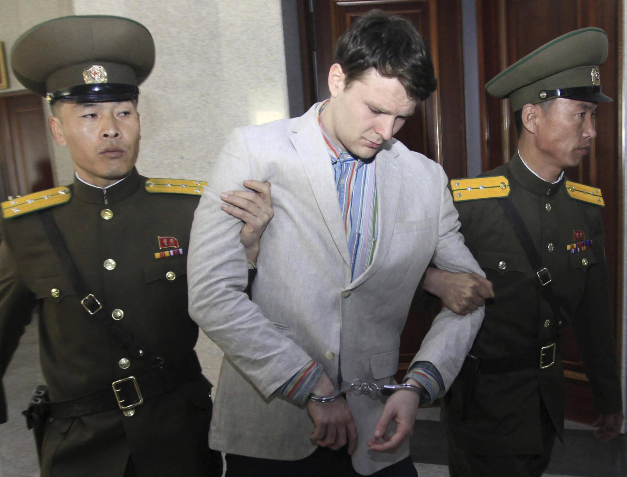 지난 2016 년 3월 16 일 북한 평양 대법원으로 호송되고 있는오토 웜비어. 그는북한에서 15년 형을 선고 받았다. [AP=연합뉴스]