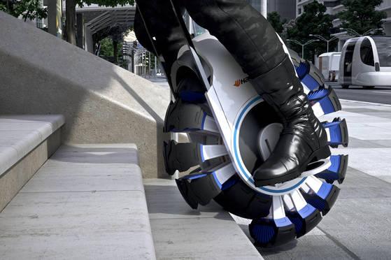 한국타이어의 콘셉트 타이어 플렉스업. 센서가 장착된 우레탄 타이어가 도로의 상태를 읽고 자동으로 형태를 바꿔준다. [사진 한국타이어]
