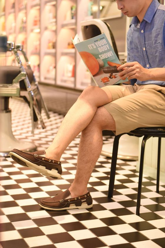 한쪽 다리만 제모한 남자 모델이 의자에 앉아 포즈를 취했다. 제모를 한 오른쪽 다리가 훨씬 깔끔해 보인다. [사진 CJ올리브영]