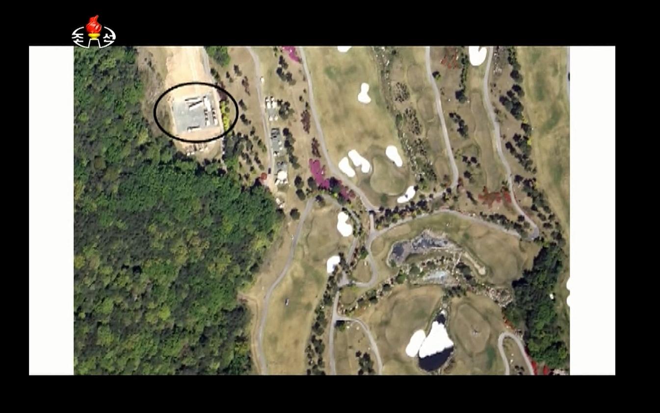 지난달 8일 북한 조선중앙TV의 '시사대담'에서 경북 성주골프장의 사드 배치 전경을 담은 위성사진이라며 공개한 사진. 조선중앙TV는 사드 레이더 1기(검은 원)가 성주골프장의 북쪽 능선 부근에 배치돼 있다고 주장했다. 당시 조선중앙TV는 이들 사진이 위성사진이라고 언급했지만 출처와 촬영 시점에 대해서는 밝히지 않았다. [조선중앙TV 캡처]
