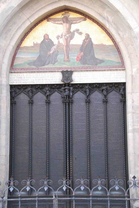 루터가 '95개조'를 내걸었던 비텐베르크 교회의 문. 지금은 철문에 루터의 95개조가 새겨져 있다. 백성호 기자