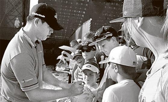 에린힐스 골프장을 찾은 어린이 갤러리에게 사인을 해주고 있는 김시우. [에린=이지연 기자]