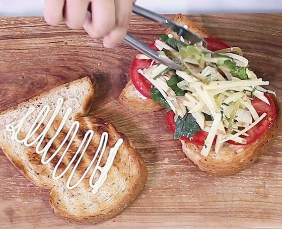 속재료를 양껏 풍성하게 넣어 즐긴다. 홈메이드 샌드위치의 장점이다.