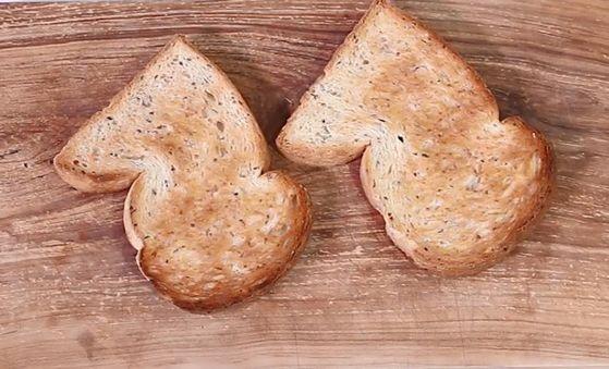 호밀빵을 사용하면 고소하면서도 담백한 맛이 난다.