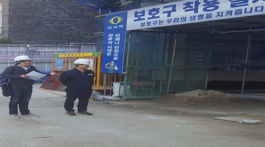 서울 서초구 소음 특별기동반이 건축공사 현장에서 소음과 먼지 등을 점검하고 있다. [사진 서초구청]