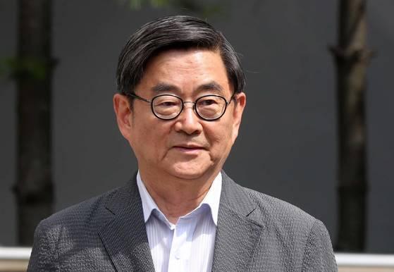 안경환 법무부 장관 후보자가 12일 서울 서초구 방배동 자택 앞에서 내정 소감을 말하고 있다. 김상선 기자