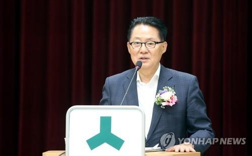 박지원 전 국민의당 대표가 16일 오후 광주 북구청에서 6·15 남북정상회담 17주년 초청 강연을 하고 있다.