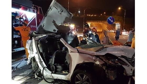 경기도 성남시 수정구 교차로에서 술에 취한 채 운전한 20대가 6중 추돌사고를 냈다. 이 사고로 2명이 숨지고 7명이 다쳤다. 추돌사고로 심하게 찌그러진 차량. [경기도재난안전본부 제공 = 연합뉴스]