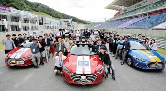 대회에 참가한 학생과 자동차들.