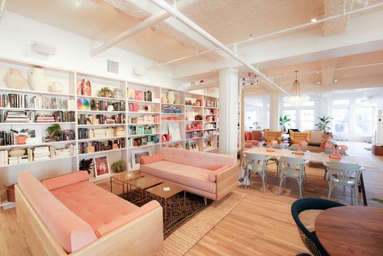 요즘 미국에선 '여성 전용 공유 오피스'가 인기다. 여성들이 모여 각자 일을 하고 함께 공부하며 여러 이벤트도 즐긴다. 최근엔 여성운동의 베이스캠프로도 자리매김했다. 뉴욕에 있는 여성 공유 오피스 '더윙'의 내부 풍경. [사진 각 사 홈페이지]