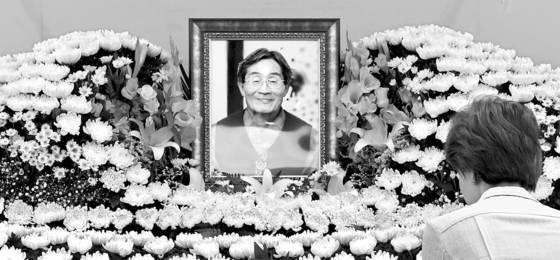 지난해 9월 서울 종로구 서울대병원 장례식장에 마련된 고 백남기 농민의 빈소에 조문을 하려는 시민들의 발길이 이어지고 있다. [중앙포토]
