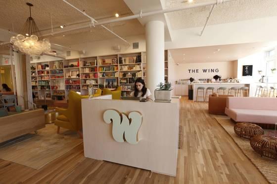 지난해 10월 미국 뉴욕에서 여성 전용 공유 오피스로 문을 연 '더윙'. 여성 친화적으로 꾸민 이 공간에서 '더윙' 회원들은 일을 하고, 친목을 다지며 각종 프로그램에 참여한다. [사진 더윙 홈페이지]