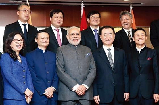 경제대국 중국은 한국에게는 골리앗이다. 2015년 중국을 방문한 나렌드라 모디 인도 총리 (아랫줄 가운데) 와 함께 한 중국의 글로벌 경제인들. 아랫줄 왼쪽부터 쑨야팡 화웨이 회장, 마윈 알리바바 회장, 모디 총리, 왕젠린 완다 회장.