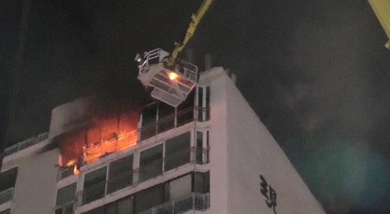 지난해 2월 부산시 해운대구 반여동의 한 아파트 15층에서 화재가 발생하자 굴절사다리차가 출동, 주민을 구조하고 화재를 진압하고 있다. [사진 해운대소방서]