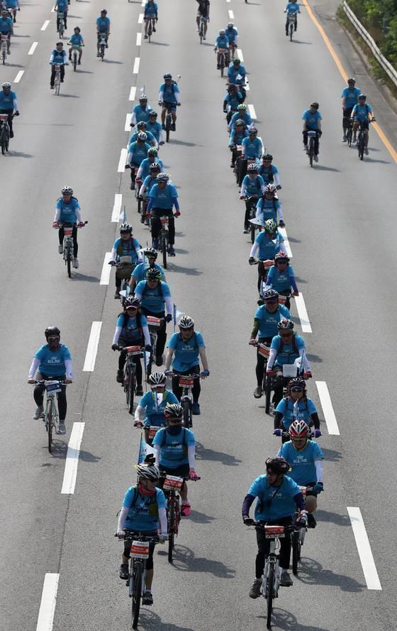 '2017서울시 자전거대행진'이 18일 서울 광화문 광장-월드컵공원 평화광장 구간에서 펼쳐졌다. 대회에 참가한 시민들이 강변북로를 달리고 있다. 김상선 기자