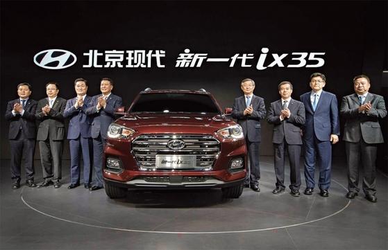 현대기아차는 다윗이 골리앗을 쓰러뜨린 방식대로 특단의 대책을 세워야 중국에서 생존할 수 있다. 사진은 지난 4월 '2017 상하이 국제모터쇼'에서 중국 전략형 SUV '신형 ix35'을 공개하고 있는 현대자동차 임원들.