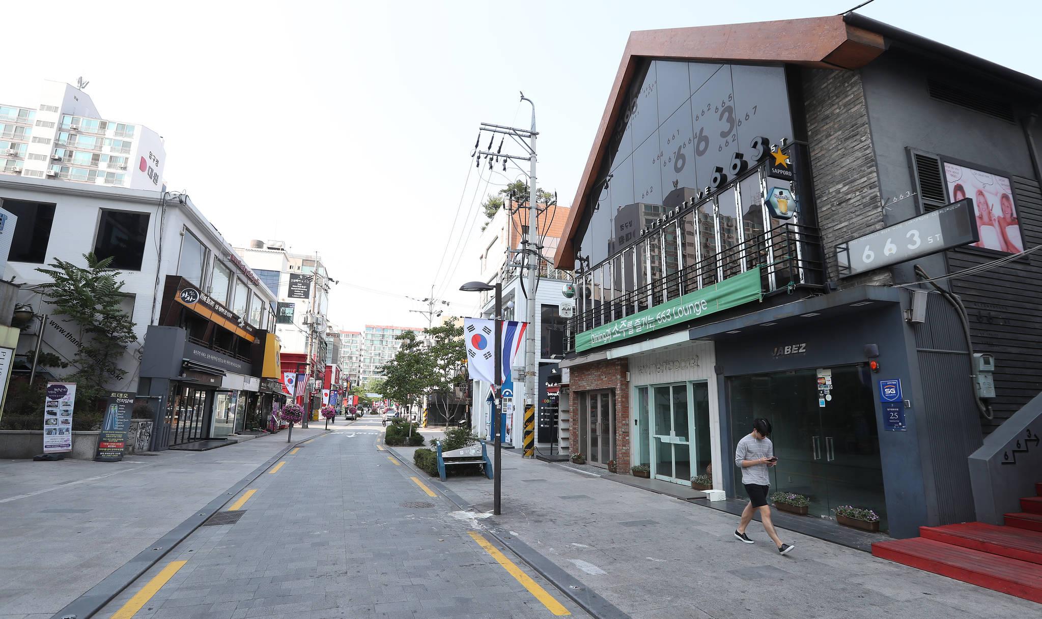 18일 오후 일요일 오후 압구정 로데오 거리가 한산하다. 한때 성업을 이뤘던 1층 상점 곳곳에 임대 문의가 적힌 방이 부착되어 있다. 우상조 기자
