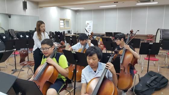 서울 면목중학교 1학년 학생들이 음악시간에 첼로를 배우고 있다.[사진 각 학교]